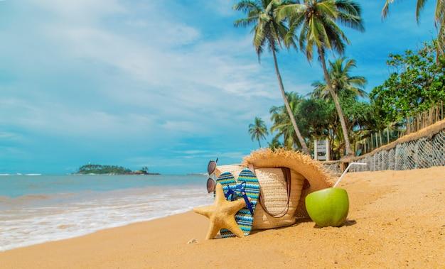 Borsa da spiaggia e cocco in mare. Foto Premium