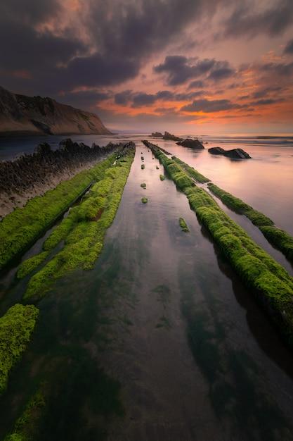 Spiaggia di itzurun a zumaia con la famosa costa flysch, paesi baschi. Foto Premium