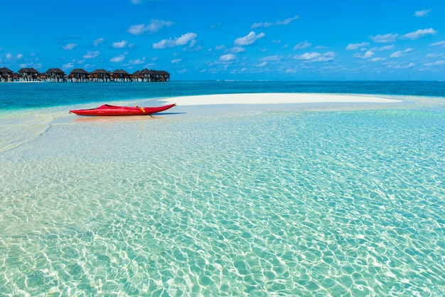 Spiaggia con bungalow sull'acqua alle maldive Foto Premium