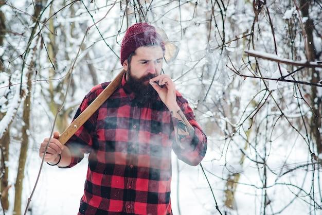 Uomo barbuto con la sigaretta Foto Premium