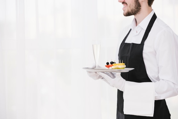 Vassoio barbuto della tenuta del cameriere con lo spazio della copia Foto Premium