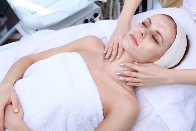 L'estetista fa la pulizia, l'esfoliazione, il massaggio in un salone di bellezza. Foto Premium