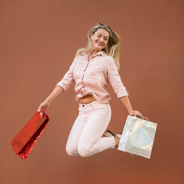 Sacchetti della spesa di trasporto della bella donna adulta Foto Premium