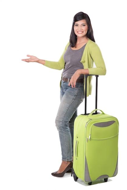 Bella valigia asiatica della tenuta della donna Foto Premium