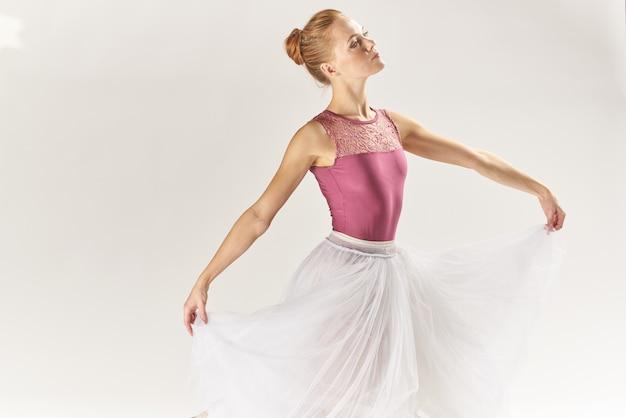 Bella ballerina in posa in uno studio Foto Premium