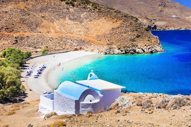 Belle spiagge della grecia: l'isola di astipalea e la piccola chiesa di agios konstantinos Foto Premium