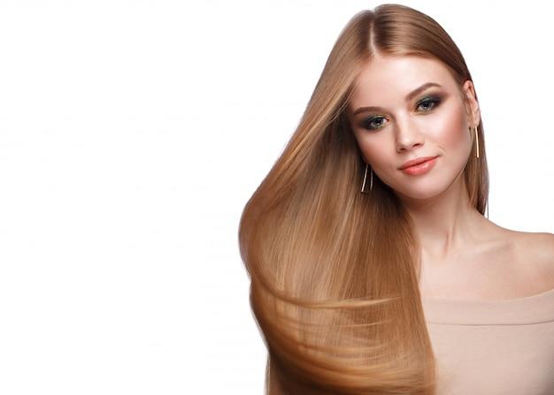 Bella ragazza bionda con i capelli perfettamente lisci Foto Premium