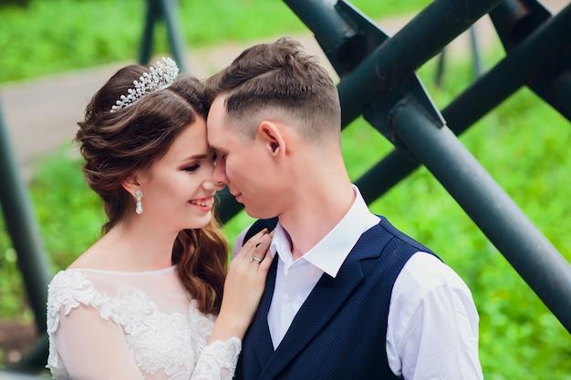 Bella sposa e lo sposo che abbraccia e bacia il giorno delle nozze. Foto Premium