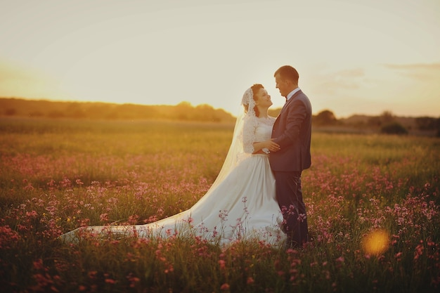 Bella sposa e sposo in posa in natura Foto Premium