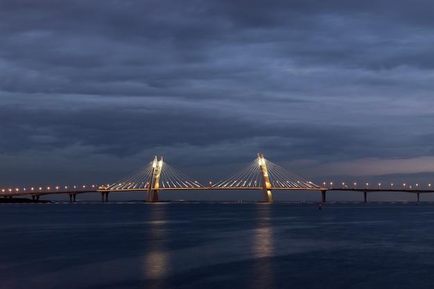 Bellissimo ponte della città con illuminazione contro nuvole scure Foto Premium