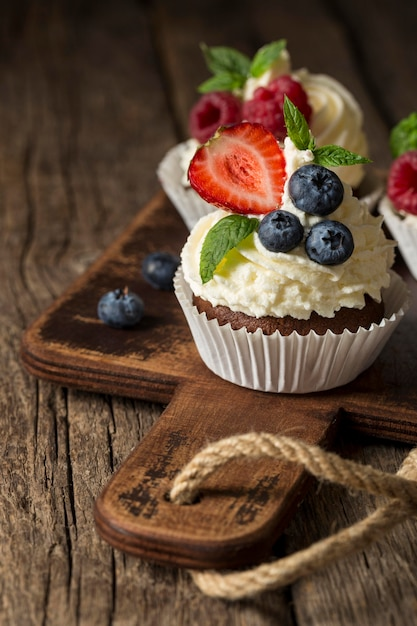 Bello e delizioso dessert sul tagliere Foto Premium