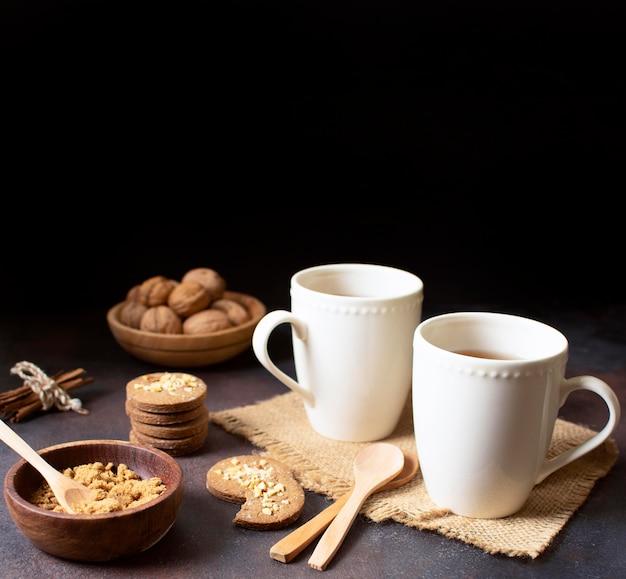 Bello e delizioso dessert con tazze di caffè Foto Premium