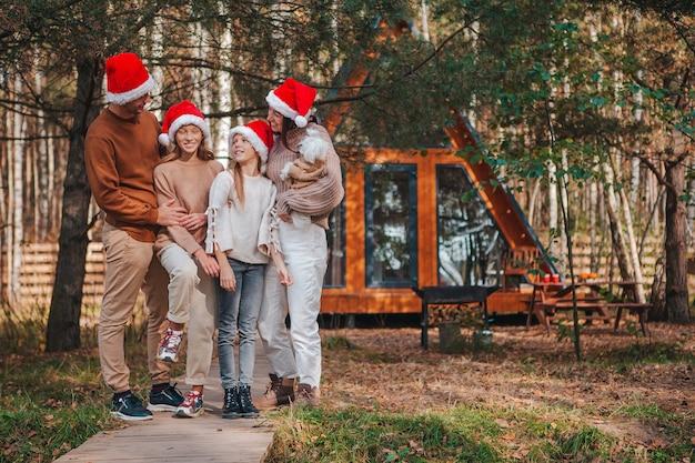 Bella famiglia con bambini che camminano il giorno di natale Foto Premium