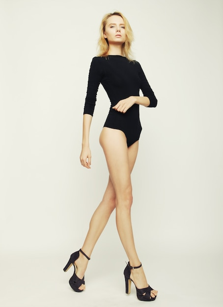 Bellissima modella donna con perfetto corpo snello e gambe lunghe Foto Premium