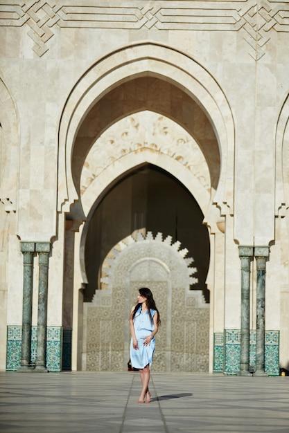 Bella ragazza sullo sfondo della moschea di hassan ii a casablanca in marocco Foto Premium