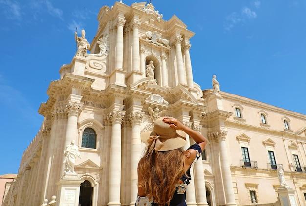 Bella ragazza in visita alla cattedrale di siracusa il giorno pieno di sole Foto Premium