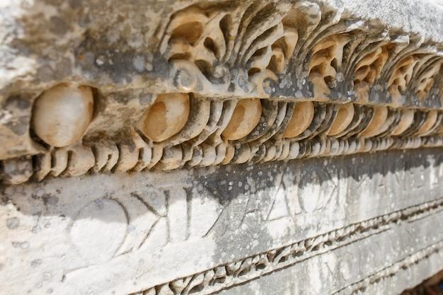 Ornamento bello e grazioso, un elemento di edifici, parti di rovine e rovine dell'antichità antica. Foto Premium