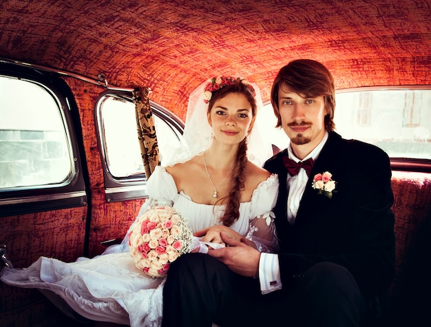Bella felice giovane sposa e lo sposo Foto Premium