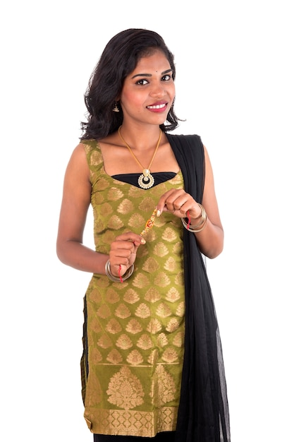 Bella ragazza indiana che mostra rakhis in occasione del raksha bandhan. Foto Premium