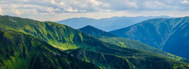 Bellissimo paesaggio delle montagne verdi Foto Premium