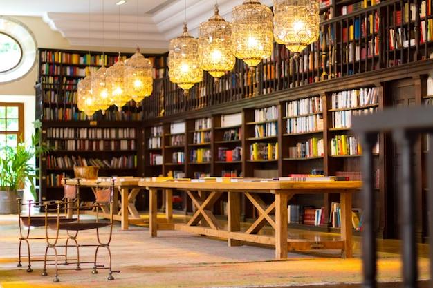 Bella biblioteca nel monastero di corias. Foto Premium