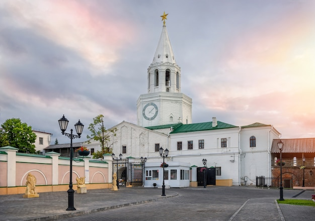 Bel cielo mattutino sopra la torre spassky del cremlino di kazan Foto Premium