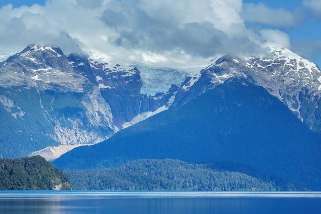 Bellissimi paesaggi di montagna in patagonia. lago delle montagne in argentina, sud america. Foto Premium