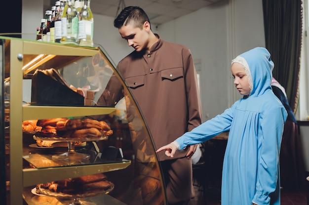 Bello uomo russo caucasico musulmano che porta vestito rilassante Foto Premium