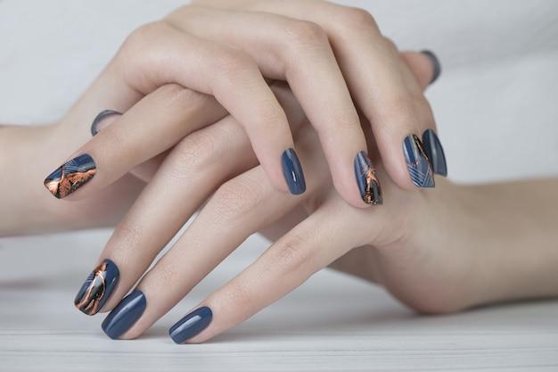 Bella nail art manicure. disegni per unghie con decorazione pittura per unghie per manicure. Foto Premium