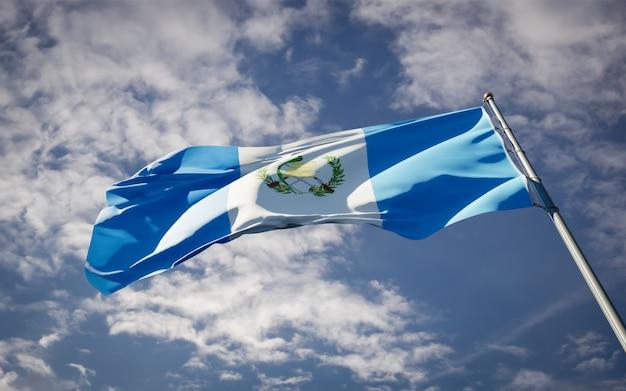 Bella bandiera nazionale dello stato del guatemala che fluttua Foto Premium
