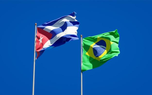 Belle bandiere nazionali dello stato del brasile e cuba insieme sul cielo blu Foto Premium