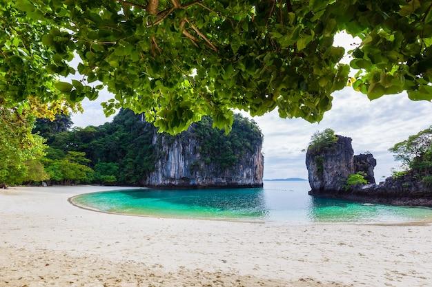 La bellissima natura delle isole del mare delle andamane ko hong, provincia di krabi, thailandia Foto Premium