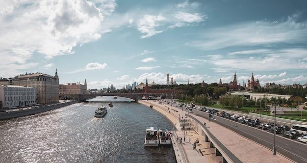 Bella vista panoramica dell'argine del cremlino di mosca in una giornata estiva Foto Premium