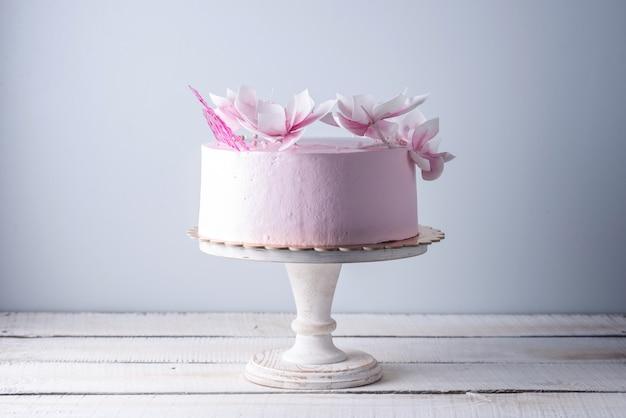 Bella torta nuziale rosa decorata con fiori Foto Premium