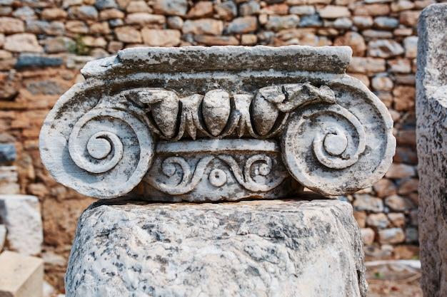 Belle rovine dell'architettura urbana, elegante decorazione di edifici, parti delle rovine e rovine dell'antichità antica. Foto Premium