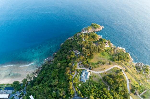 Splendida superficie del mare con spiaggia e immagine della villa moderna di drone vista aerea top down Foto Premium