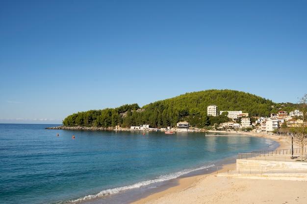 Bella vista sul mare con spiaggia sabbiosa e penisola forestale Foto Premium