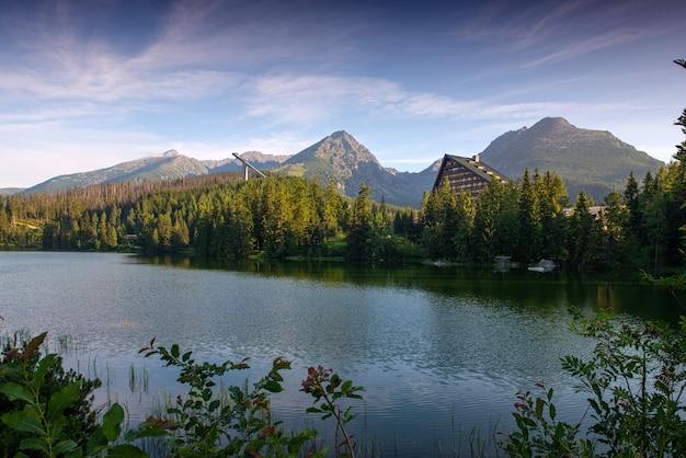 Bellissimo paesaggio estivo. vista sul lago di montagna strbske pleso con acqua cristallina negli alti tatra in slovacchia Foto Premium