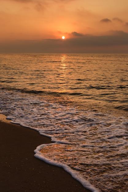 Bel tramonto sul mare. Foto Premium
