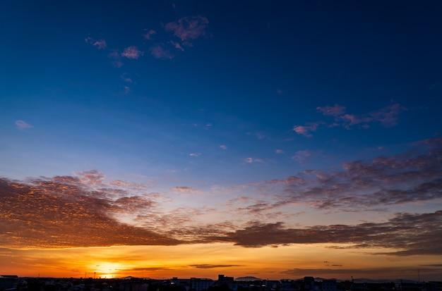Bel cielo al tramonto al mattino con nuvole colorate all'alba Foto Premium