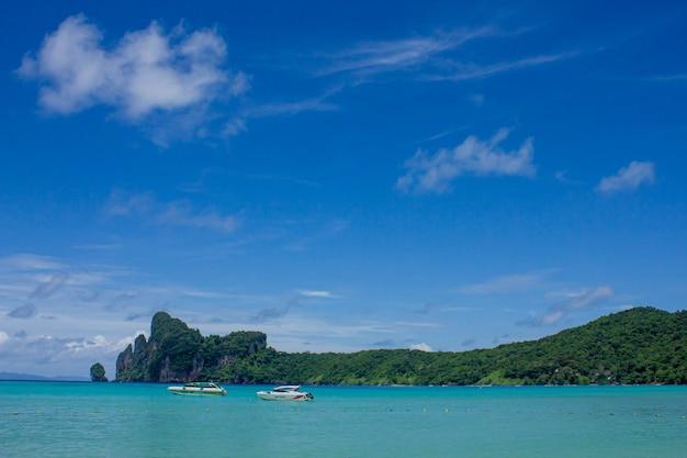 Bella baia tropicale di ao loh dalum sull'isola di phi phi don, krabi thailandia, vista mare, vacanze estive. Foto Premium