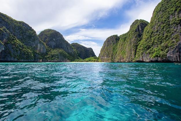 Bella baia tropicale dell'isola a maya bay sull'isola di phi phi leh nel giorno del sole Foto Premium