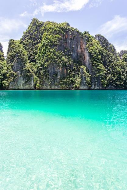 Bella baia tropicale dell'isola all'isola di phi phi leh nel giorno del sole, provincia di krabi, tailandia Foto Premium