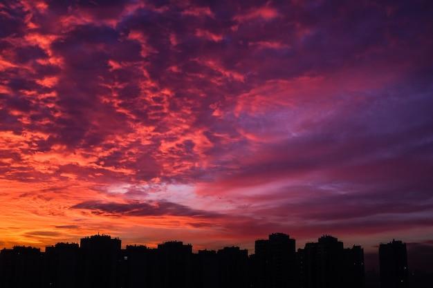 Bella vista tramonto urbano a kiev, in ucraina Foto Premium