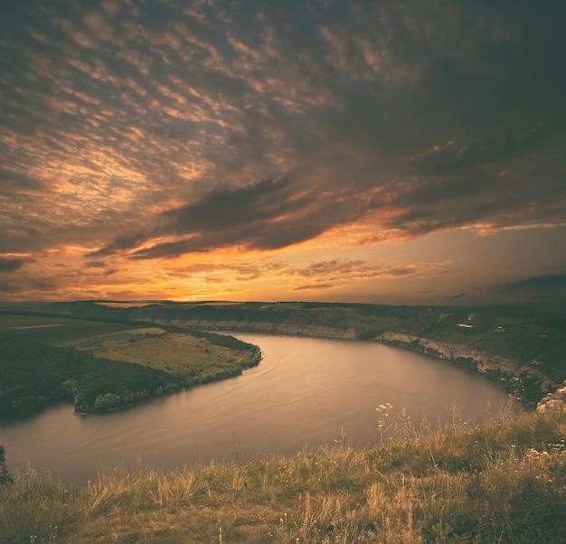 Bella vista sul grande canyon con fiume in flessione all'interno al tramonto Foto Premium