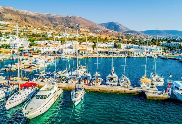 Bellissima vista di barche e yacht ormeggiati nel porto turistico dell'isola di paros in grecia Foto Premium