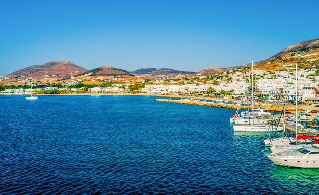 Bellissima vista di barche a motore e yacht nel porto turistico dell'isola di paros, grecia Foto Premium