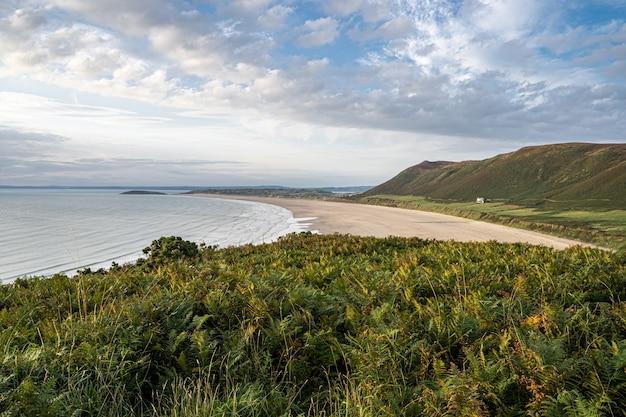 Bella vista sulla spiaggia sabbiosa della baia di rhossili Foto Premium
