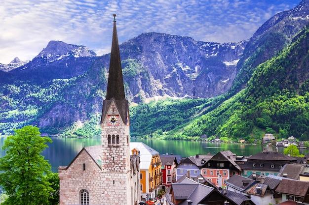 Bellissimo villaggio sul lago in austria circondato dalle montagne delle alpi Foto Premium