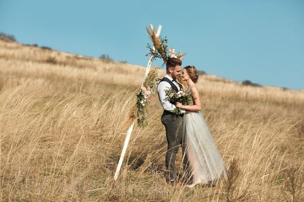 Bella coppia di sposi sposi in estate all'aperto Foto Premium